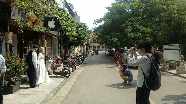Hình ảnh cô dâu tóc bạc mặc váy cưới trắng, chú rể chống gậy móm mém cười khiến trên phố Hà Nội gây sốt mạng - Ảnh 3.