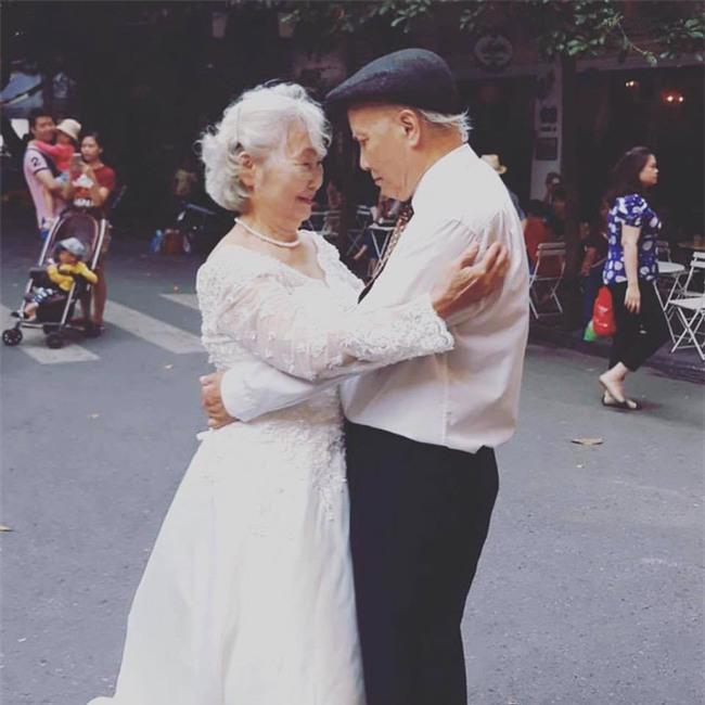 Hình ảnh cô dâu tóc bạc mặc váy cưới trắng, chú rể chống gậy móm mém cười khiến trên phố Hà Nội gây sốt mạng - Ảnh 4.