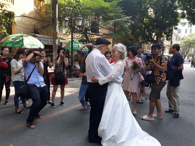 Hình ảnh cô dâu tóc bạc mặc váy cưới trắng, chú rể chống gậy móm mém cười khiến trên phố Hà Nội gây sốt mạng - Ảnh 5.