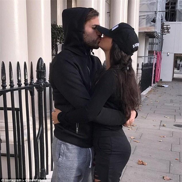 Fabregas hôn say đắm bạn gái hơn tuổi giữa phố London - Ảnh 1.
