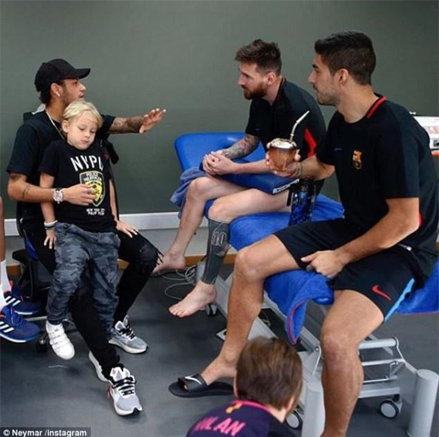 Neymar tranh thủ trở lại Barca thăm lại Messi và Suarez - Ảnh 1.