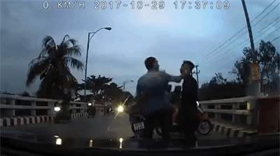 Clip: Hai thanh niên chạy xe máy đánh võng, chặn đầu ô tô gây sự bị đánh sấp mặt - Ảnh 2.