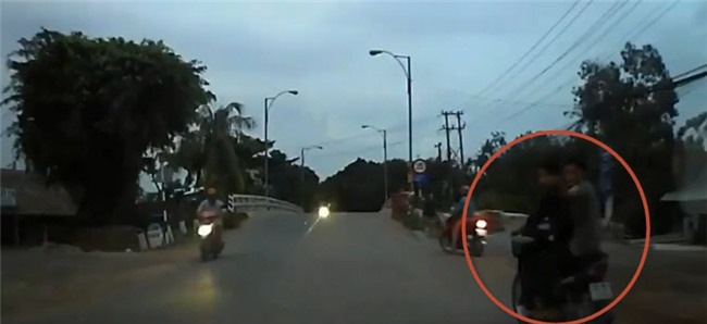 Clip: Hai thanh niên chạy xe máy đánh võng, chặn đầu ô tô gây sự bị đánh sấp mặt - Ảnh 3.