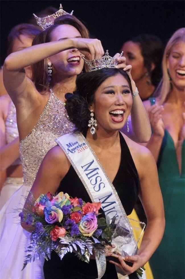 Cận cảnh nhan sắc 5 Hoa hậu bị ném đá dữ dội nhất ở thế giới và Việt Nam - Ảnh 1.