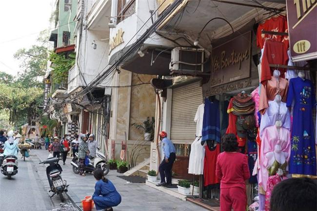 Người đàn ông mang khăn lụa Khaisilk tặng vợ hôm 20-10 nhất quyết đến cửa hàng trả lại - Ảnh 3.