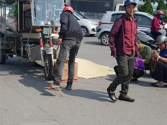 Hà Nội: Vợ tài xế ba gác rơi xuống đường tử vong sau cú phanh bất ngờ để tránh xe chạy ngược chiều - Ảnh 1.