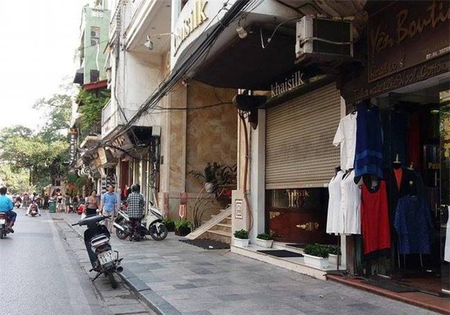 Người đàn ông mang khăn lụa Khaisilk tặng vợ hôm 20-10 nhất quyết đến cửa hàng trả lại - Ảnh 1.