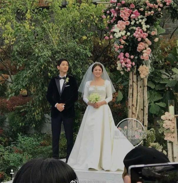 Hóa ra váy cưới của Song Hye Kyo đã được tiết lộ từ trước mà chúng ta chẳng hề hay biết - Ảnh 1.
