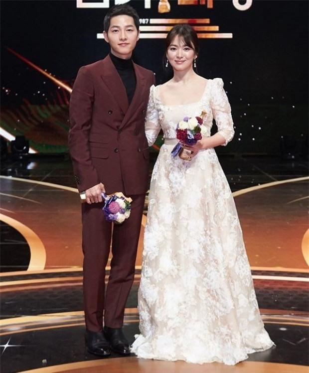 Hóa ra váy cưới của Song Hye Kyo đã được tiết lộ từ trước mà chúng ta chẳng hề hay biết - Ảnh 14.