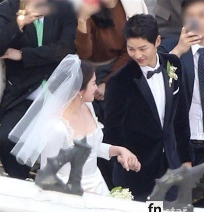Hóa ra váy cưới của Song Hye Kyo đã được tiết lộ từ trước mà chúng ta chẳng hề hay biết - Ảnh 2.