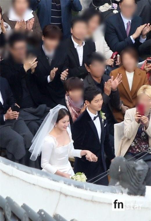 Hóa ra váy cưới của Song Hye Kyo đã được tiết lộ từ trước mà chúng ta chẳng hề hay biết - Ảnh 3.