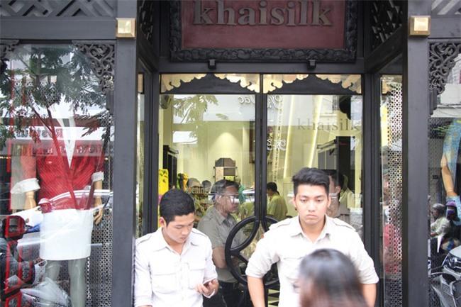 Vụ Khaisilk bán lụa Trung Quốc: Đồng loạt kiểm tra 3 cửa hàng tại TP.HCM - Ảnh 2.
