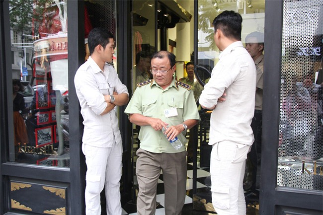 Vụ Khaisilk bán lụa Trung Quốc: Đồng loạt kiểm tra 3 cửa hàng tại TP.HCM - Ảnh 4.