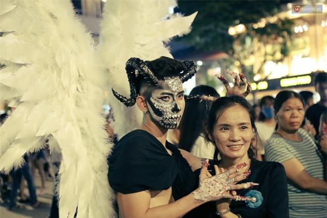 Đầu tư mùa Halloween, nhiều bạn trẻ Sài Gòn hóa trang rùng rợn trêu đùa trẻ em ở phố đi bộ Nguyễn Huệ - Ảnh 12.