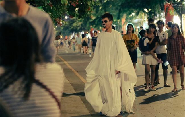 Đầu tư mùa Halloween, nhiều bạn trẻ Sài Gòn hóa trang rùng rợn trêu đùa trẻ em ở phố đi bộ Nguyễn Huệ - Ảnh 15.