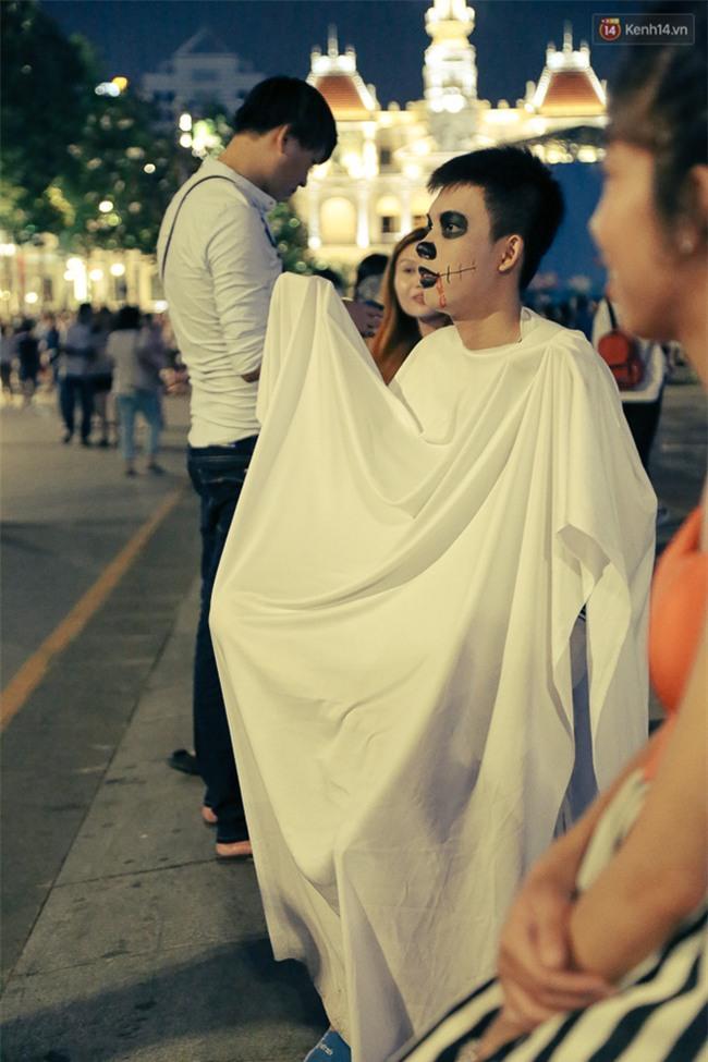 Đầu tư mùa Halloween, nhiều bạn trẻ Sài Gòn hóa trang rùng rợn trêu đùa trẻ em ở phố đi bộ Nguyễn Huệ - Ảnh 16.