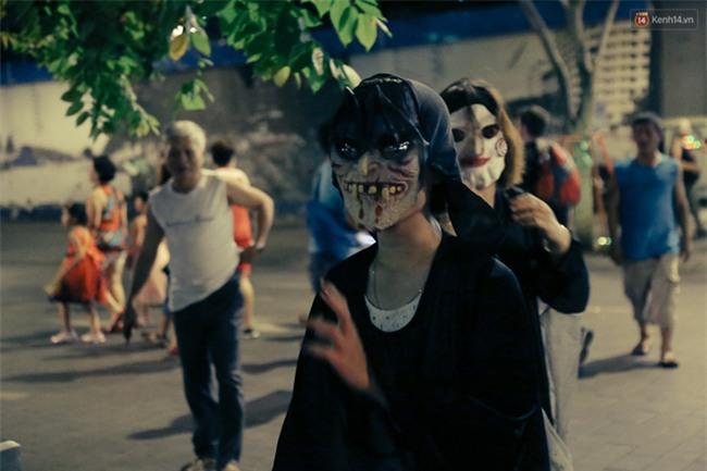 Đầu tư mùa Halloween, nhiều bạn trẻ Sài Gòn hóa trang rùng rợn trêu đùa trẻ em ở phố đi bộ Nguyễn Huệ - Ảnh 18.