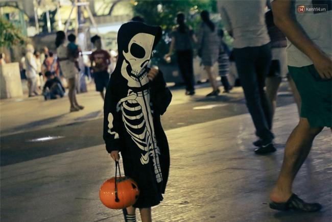 Đầu tư mùa Halloween, nhiều bạn trẻ Sài Gòn hóa trang rùng rợn trêu đùa trẻ em ở phố đi bộ Nguyễn Huệ - Ảnh 19.