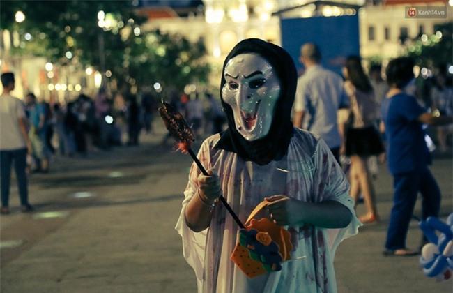 Đầu tư mùa Halloween, nhiều bạn trẻ Sài Gòn hóa trang rùng rợn trêu đùa trẻ em ở phố đi bộ Nguyễn Huệ - Ảnh 22.