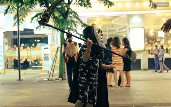 Đầu tư mùa Halloween, nhiều bạn trẻ Sài Gòn hóa trang rùng rợn trêu đùa trẻ em ở phố đi bộ Nguyễn Huệ - Ảnh 23.