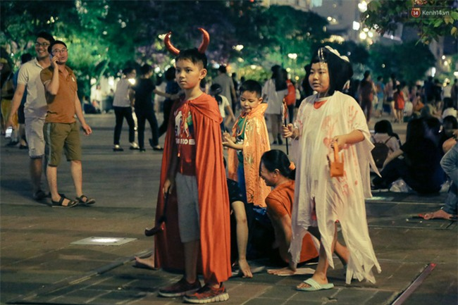 Đầu tư mùa Halloween, nhiều bạn trẻ Sài Gòn hóa trang rùng rợn trêu đùa trẻ em ở phố đi bộ Nguyễn Huệ - Ảnh 24.