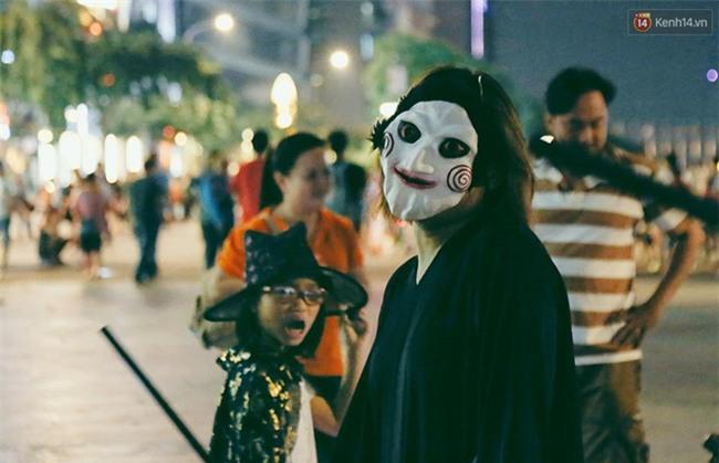Đầu tư mùa Halloween, nhiều bạn trẻ Sài Gòn hóa trang rùng rợn trêu đùa trẻ em ở phố đi bộ Nguyễn Huệ - Ảnh 7.