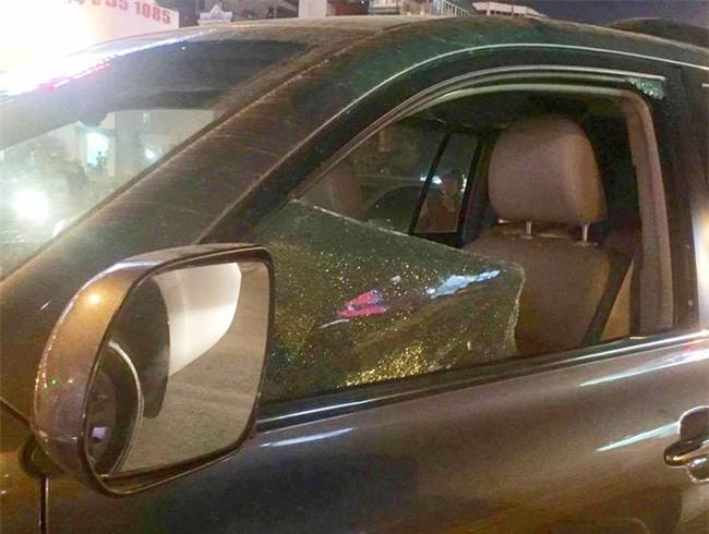 Người dân đập kính, lôi tài xế say rượu ra ngoài sau khi gây tai nạn liên hoàn trên đường phố Hà Nội