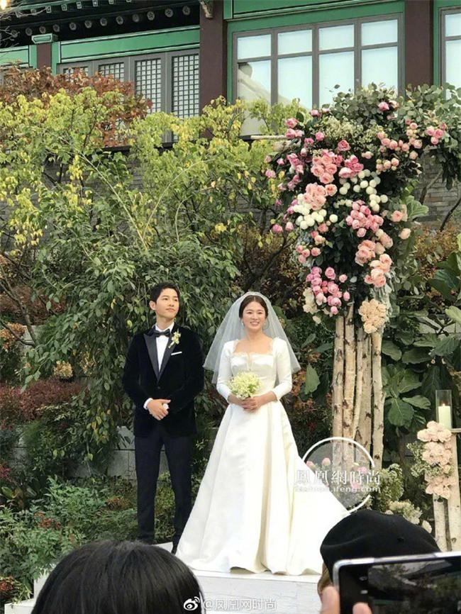 Tuy đơn giản, nhưng trang phục cưới của cặp đôi Song - Song có giá lên tới hơn 3 tỷ đồng - Ảnh 4.