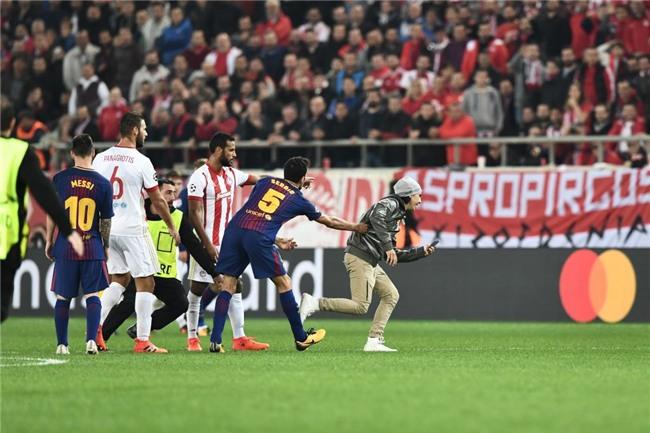 Fan cuong len vao san de xin chup anh va om Messi hinh anh 4