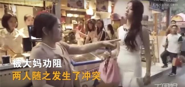 TQ: Cô gái xinh như hoa hậu bị đánh sấp mặt vì chen lấn khi xếp hàng-1
