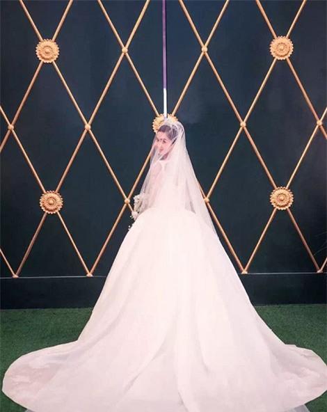 Cùng với Song Hye Kyo, nhiều người đẹp cũng diện thiết kế váy cưới của Dior trong ngày trọng đại-5
