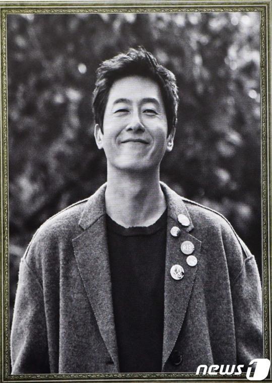 Đám cưới vừa kết thúc, Song Joong Ki đã đến viếng nam diễn viên bạc mệnh Kim Joo Hyuk - Ảnh 1.