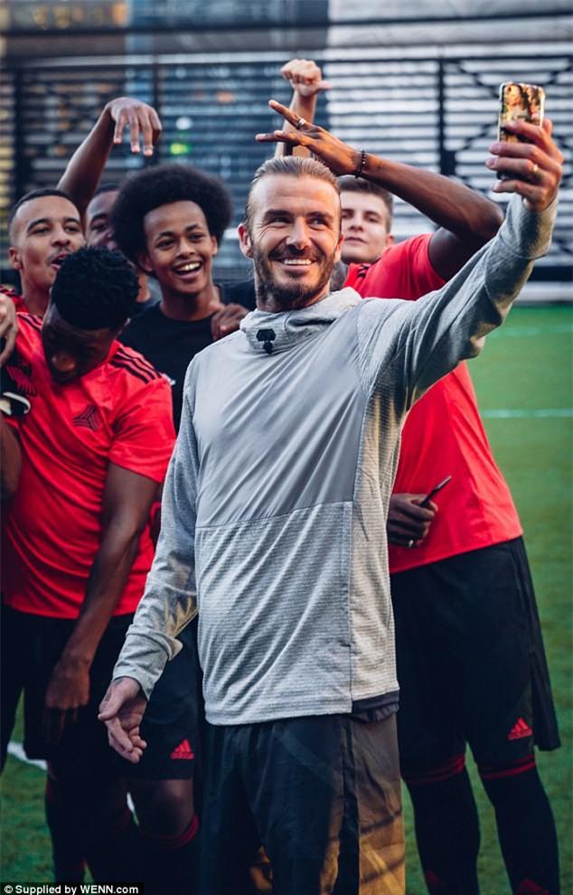 David Beckham khoe hình xăm thứ 5 trong năm 2017 - Ảnh 2.