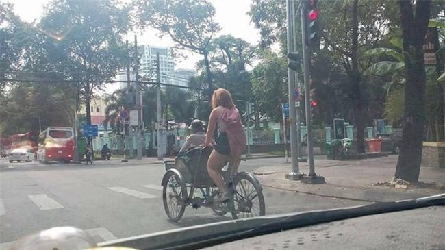 Thấy bác xích lô già yếu, cô tây xung phong chở bác đi dạo phố Sài Gòn luôn! - Ảnh 1.
