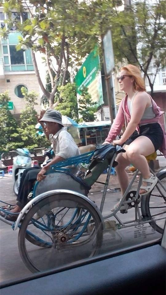 Thấy bác xích lô già yếu, cô tây xung phong chở bác đi dạo phố Sài Gòn luôn! - Ảnh 2.
