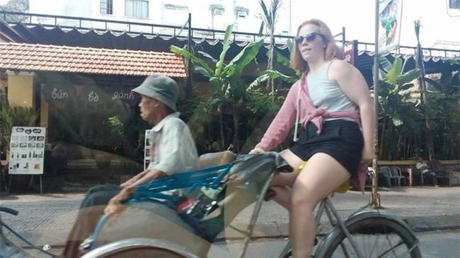 Thấy bác xích lô già yếu, cô tây xung phong chở bác đi dạo phố Sài Gòn luôn! - Ảnh 3.
