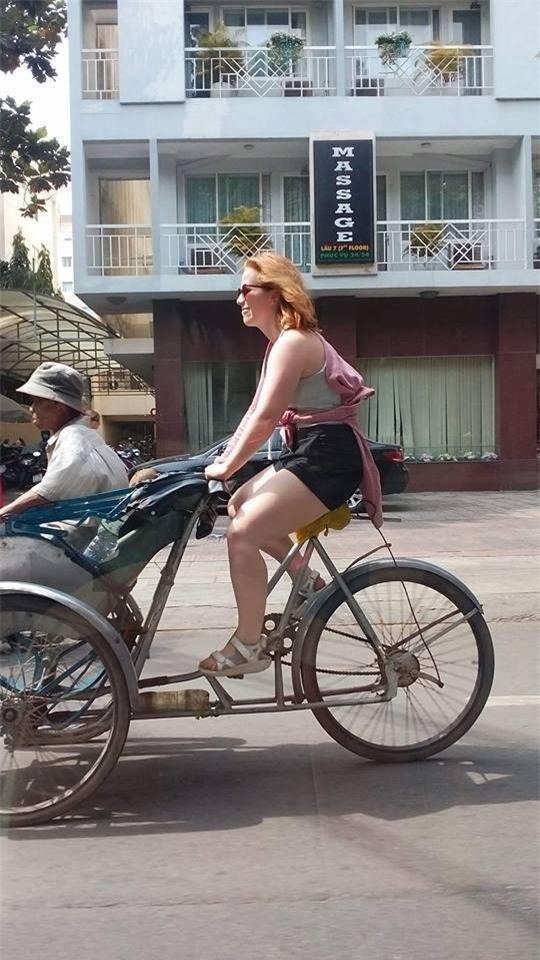 Thấy bác xích lô già yếu, cô tây xung phong chở bác đi dạo phố Sài Gòn luôn! - Ảnh 4.
