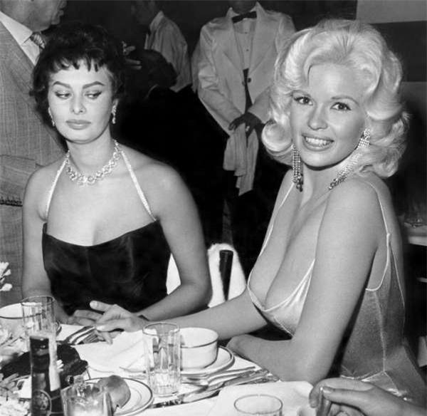 Sự thật đằng sau bức ảnh nổi tiếng cô đào Sophia Loren liếc nhìn vòng một của nữ đồng nghiệp - Ảnh 1.