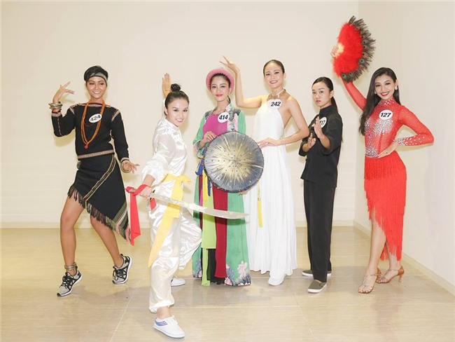 Hoàng Thùy bị nhận xét hát như... tra tấn giám khảo, Mâu Thủy ghi điểm với tài năng múa tại Hoa hậu Hoàn vũ VN - Ảnh 6.