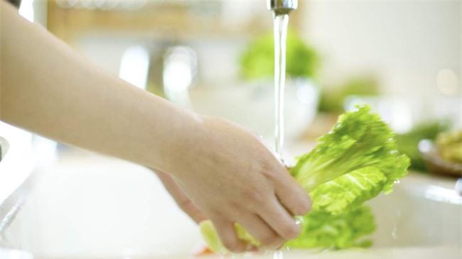 Cứ nghĩ rửa dưới vòi nước là cách rửa rau chuẩn, nào ngờ sai hoàn toàn - Ảnh 1.