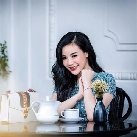 Chân dung bà chủ lô mỹ phẩm 11 tỷ không rõ nguồn gốc: Từng được đề cử tham dự Hoa hậu quý bà Châu Á 2017 - Ảnh 3.