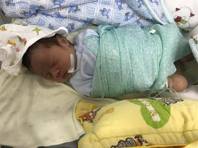 Hà Nội: Sinh con chưa được 10 giờ đồng hồ, mẹ bế con sang giường bên gửi rồi bỏ đi
