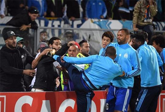 Tái hiện cú kungfu của Cantona, Evra bị đuổi khi chưa ra sân - Ảnh 1.