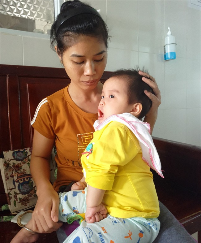 Xót thương bé gái hơn 1 tuổi bị côn trùng đốt khiến tay chân co quắp, teo não không thể nhận thức - Ảnh 7.