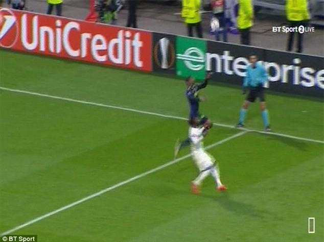 Cầu thủ Everton té gãy cổ sau một pha bật nhảy - Ảnh 1.