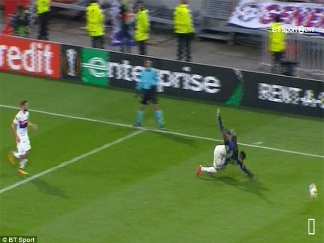 Cầu thủ Everton té gãy cổ sau một pha bật nhảy - Ảnh 2.