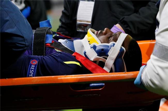 Cầu thủ Everton té gãy cổ sau một pha bật nhảy - Ảnh 3.