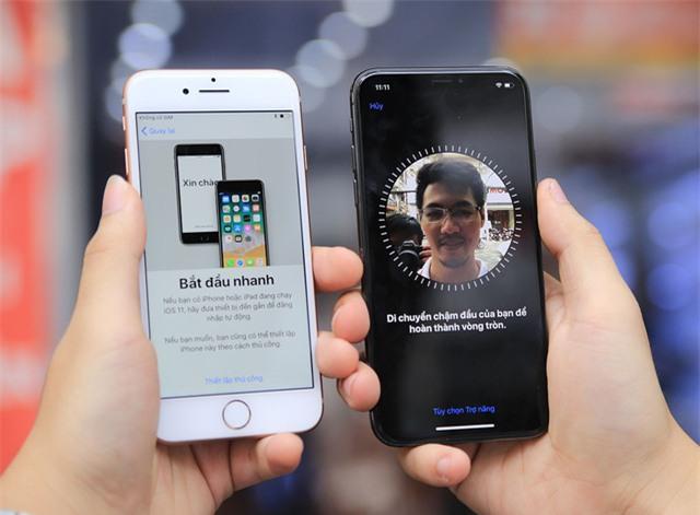 Một điểm thú vị khác đó là hệ thống camera TrueDepth và công nghệ nhận diện mặt Face ID. Tính năng này cho phép nhận diện khuôn mặt để mở khóa và các tính năng khác liên quan nhận diện khuôn mặt như Animoji. Trong khi iPhone 8 không có hệ thống này.