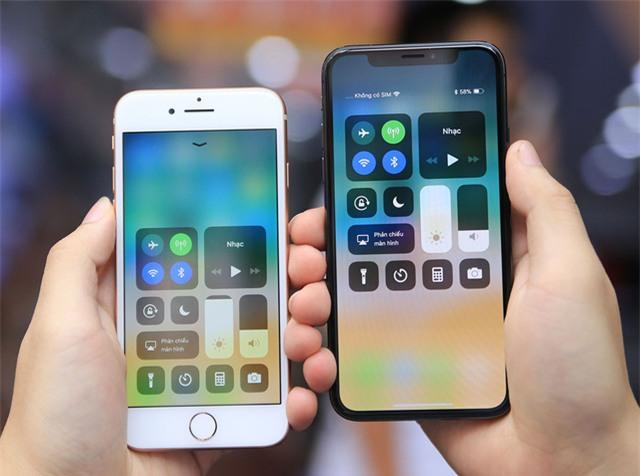 Vì loại bỏ nút home nên cách sử dụng cũng khác nhau. Người dùng sẽ phải đánh thức thiết bị bằng cách vuốt từ màn hình lên hoặc mở khóa bằng Face ID. Mở các tùy chỉnh nhanh cũng khác biệt, iPhone 8 vuốt từ dưới lên trong khi iPhone X vuốt từ trên xuống. Cách bố trí cũng khá tương đồng.