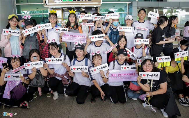 Fan Việt gào thét khi T-ara có mặt ở sân bay Tân Sơn Nhất